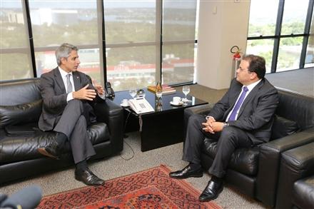 O deputado Alessandro Molon, à esquerda, e o presidente nacional da OAB  (Foto: Eugenio Novaes)