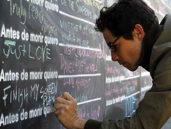homem-escrevendo-lousa-