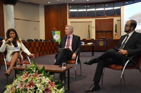 Juíza Geneci Ribeiro de Campos, o 1º Vice-Presidente do TJRS, Des. Guinther Spode, e Marcelo Girade Corrêa participraram do 1º painel do evento (Foto: Eduardo Nichele)