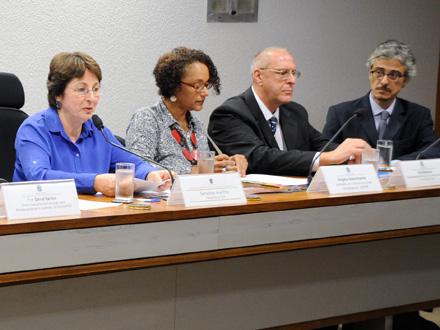 Ana Rita (E) preside audiência pública na CDH sobre o desempenho dos cotistas Foto: Geraldo Magela