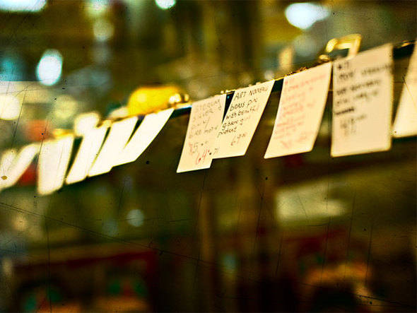 Varal com post-its: siglas e frases são bons gatilhos de memória, dizem especialistas